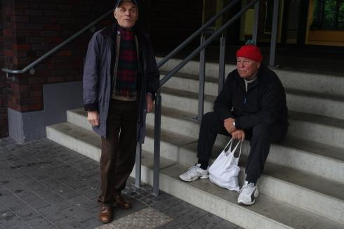 Ernst ( rote Mütze ) unterhält sich mit Gert Steinbach , derr mal wieder in Düsseldorf weilte .