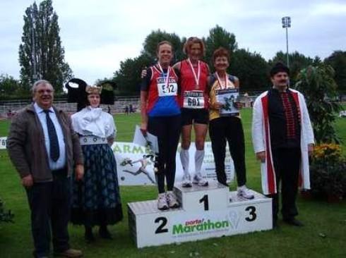 von links: Monika Müller (TG Neuss), Marianne Spronk (SV Viktoria Goch) und Gudrun Vogl (Spvgg Renningen) eingerahmt von Bürgermeister Steinmetz sowie von Gratulanten in Mindener Tracht.
