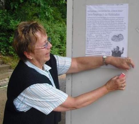 Monika Kremer beim Plakatieren