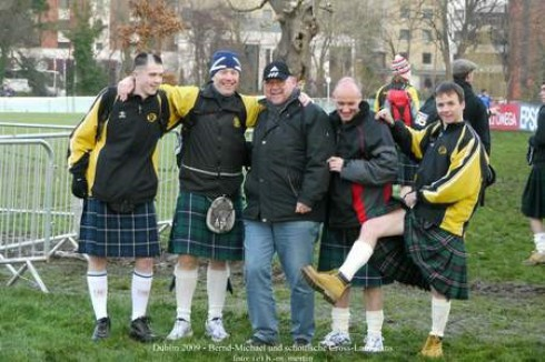 Bernd-Michael mit schottischen Cross-Lauf-Fans bei der Cross-EM im  Dezember 2009 in Dublin.