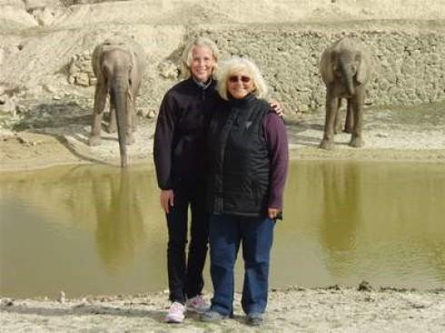 Katja Demut (li.) und Christa Hutt, Ehefrau des Bundestrainers, im Tierpark  Aitana (Provinz Alicante/Spanien)