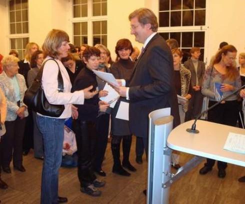Regina Schaddach erhält aus der Hand des Oberbürgermeisters ihre Ehrenurkunde