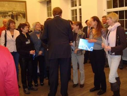 Der Oberbürgermeister im Gespräch mit der Mannschaft (re. im Bild Barbara Lange-Duchow)