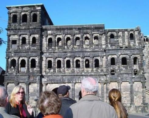 Frau Christine Salm (Bild li.) bei der Stadtführung vor der Porta Nigra, dem Wahrzeichen  der Stadt Trier.