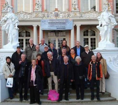 Die Reisegruppe des Fördervereins vor der barocken Fassade des Kurfürstlichen Palais.