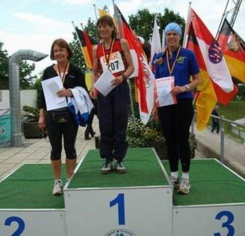 Siegerehrung 400 m - v.li.: Rosemarie Lang, Waltraud Kraehe und Monika Müller