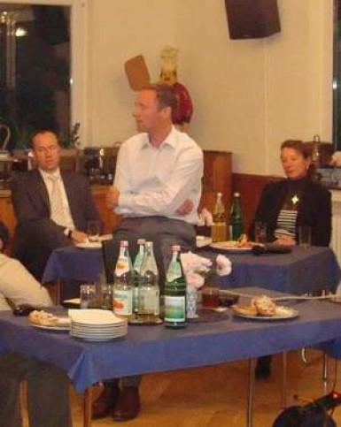 Peter bei seinem Vortrag, eingerahmt von Ellen Hommrich und Stefan Grundmann (beide ehemalige Deutsche Jugend- meister und Mitglieder im Lenkungsausschuss Leistungssport).