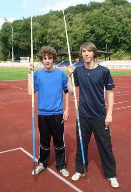 v.li.: Robin und Janik vor dem Speerwurf-Wettbewerb