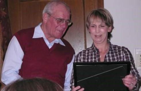 Gerhard überreicht Sabine ein Erinnerungsfoto von einer gemeinsamen Sport- veranstaltung aus den 80iger Jahren.