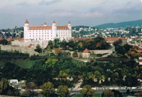 Die Burg Bratislava (Pressburg) befindet sich im südlichen Teil der Kleinen Karpaten, auf einem Felsen 85 Meter über dem linken Ufer der Donau. Sie ist eines der Bild- motive der slowakischen Euromünzen, welche zum 1. Januar 2009 eingeführt wurden.