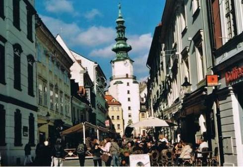 Das elegante Zwiebelturmdach des Michaelertors ist eines der Wahrzeichen der  Stadt Bratislawa. Es ist das einzige erhalten gebliebene Tor der mittelalterlichen  Stadtbefestigung und gehört zu den ältesten Gebäuden der Stadt.
