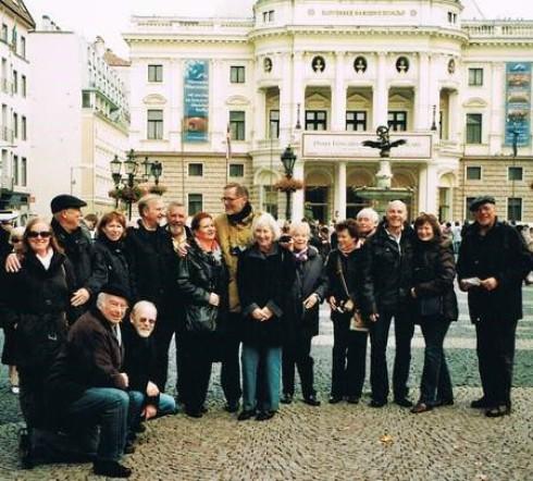 Die Reisegruppe des Fördervereins vor dem Slowakischen Nationaltheater. Es ist das älteste und professionellste Theater der Slowakei. Es vereint die drei größten Bühnenkünste Schauspiel, Oper und Ballett. Es wurde im Jahre 1920, nach der Un- abhängigkeit
