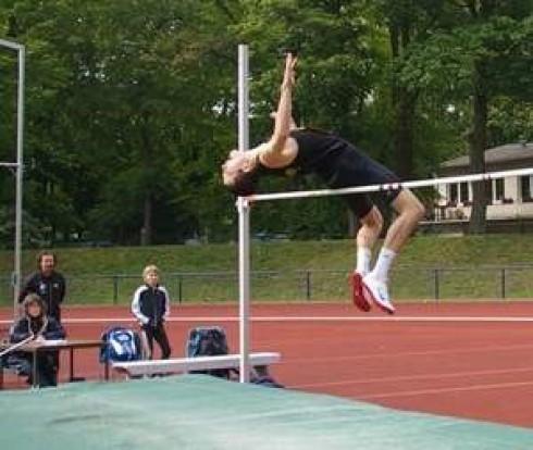 Paul Buchwald beim Wettkampf im Rather Waldstadion                      am 8.5.2010, wo er erstmals die Höhe von 2 Meter übersprang.