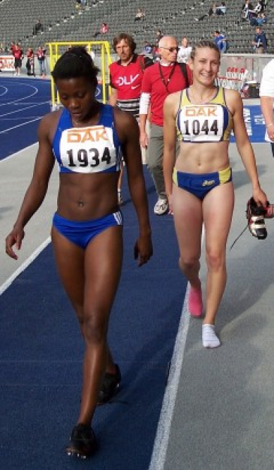 v.li.: die alte und neue Deutsche Juniorenmeisterin Yasmin Kwadwo (TV Wattenscheid) und Carolyn Moll (unser Foto zeigt die beiden Sprinterinnen bei den Deutschen Jugendmeisterschaften 2008 in Berlin)