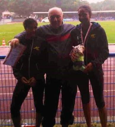 v.li.: Anahid Ndonop, Mehrkampftrainer Wolfgang Vander und Jessie Maduka (Foto: Peter Kluth)