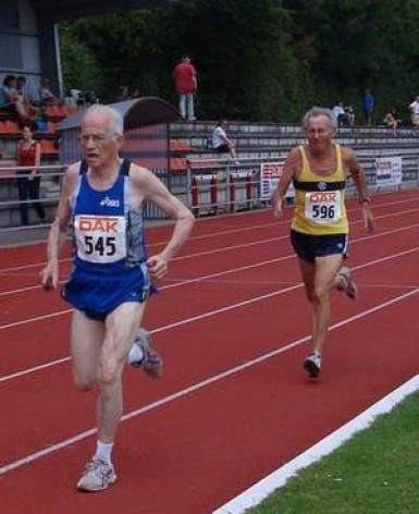 Herbert kurz vor dem Gewinn der Deutschen Senioren Meisterschaft in der M80 über 1500 m am 4. Juli 2010 in Kevelaer. (Text u. Foto: J.B.M.)