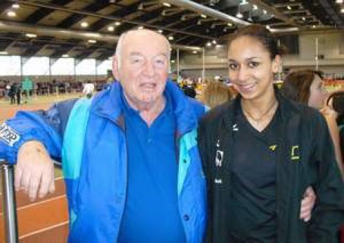 Trainer Wolfgang Vander mit seiner Erfolgsschülerin Jessie Maduka, 3-fache Nordrhein-Schüler-Hallenmeisterin in der W14 im 60 m Lauf sowie im Weit- und Hochsprung.