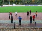 Im grossen Kreis erklärt der Bundestrainer Einzelheiten zum bevorstehenden Training.