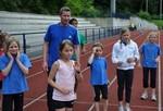 Sprinttrainer Frank Dukat erklärt dem Nachwuchs die nächsten  Übungen.