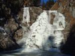 Vereister Wasserfall während der Wanderung.