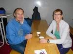 """Catering-Teamleiterin Cornelia Fiege mit Leichtathletikabteilungsleiter Dieter Stecher bei einem """"Päuschen""""."""