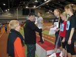 Durchführung einer Siegerehrung durch die Fördervereinsmitglieder Bernd Liebke (amtierender Deutscher Seniorenmeister im Hammerwerfen) und Ingrid Adam (mehrfache ehemalige Deutsche Meisterin und Rekordhalterin im Gehen).