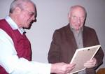 Der 1. Vorsitzende des Fördervereins Gerhard Bruckhaus ernennt Wolfgang Vander zum Ehrenmitglied und überreicht ihm die Urkunde.
