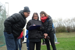 Beim Diskuswerfen am Wurffeld waren dabei als Trainer , Betreuer und Kampfrichter :Familie Schmidt v.l. Vater , Mutter und Tochter